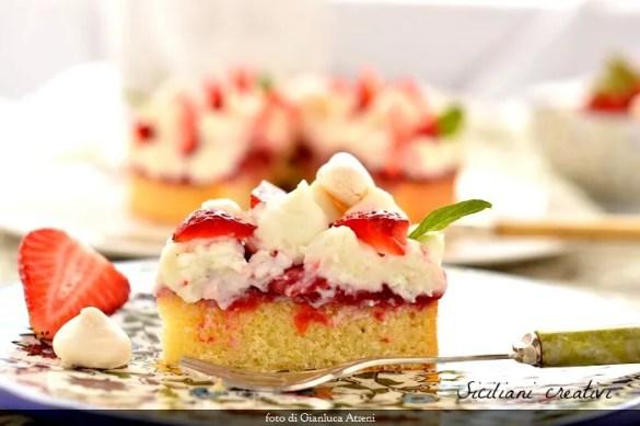 Torta madeleine con ricotta e fragole