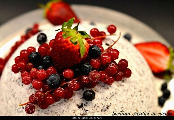 Semifreddo senza cottura: meringato al cioccolato con frutti di bosco