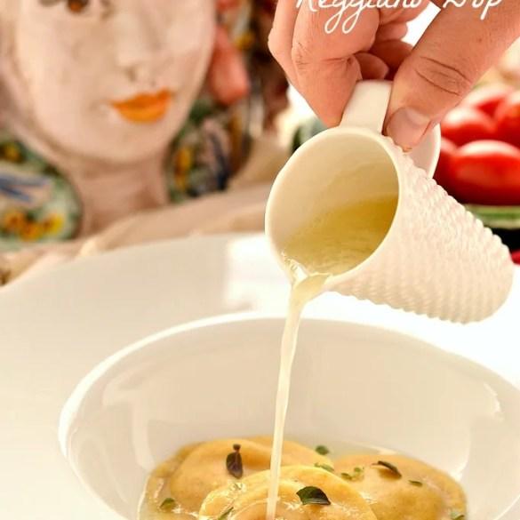 Ravioli con un cremoso ripieno al pomodoro, conditi con acqua di Parmigiano. Creatività ed eleganza.