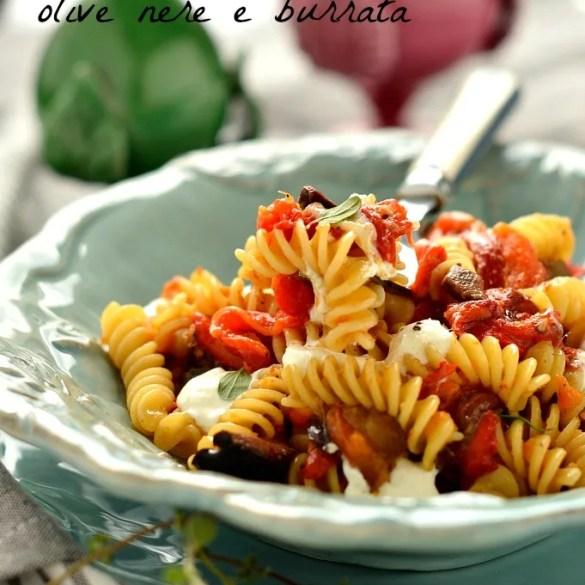 Pasta con peperoni arrostiti olive e burrata