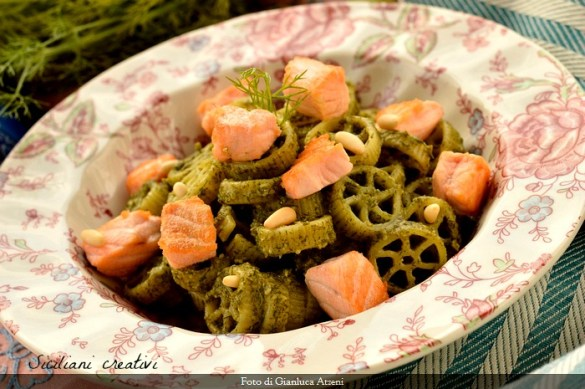 Pasta al pesto di finocchietto selvatico, pinoli e salmone