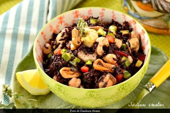 Insalata di riso nero, cozze, ceci e gamberi