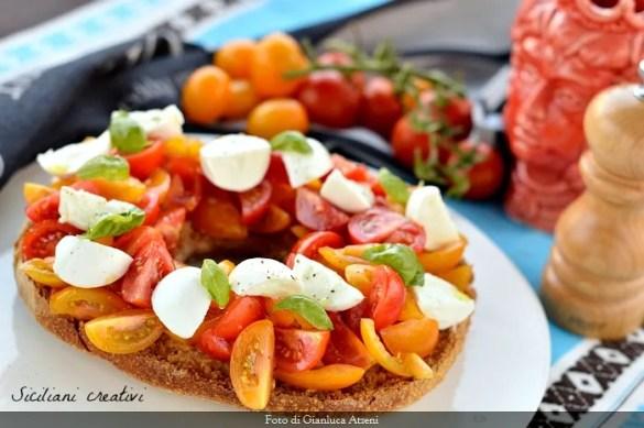 Frisella caprese con mozzarella e pomodoro