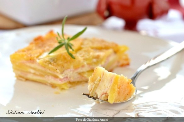 Cremosa e ricca, la parmigiana di patate si prepara in bianco, senza pomodoro