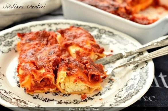 Cannelloni di ricotta e pomodoro: facilissimi, alternativi, vegetariani e soprattutto buonissimi. Ricetta di famiglia perfetta per il pranzo della domenica.