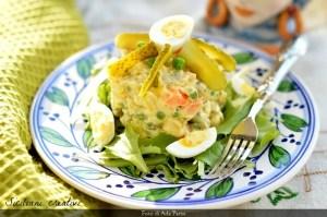 Eine klassische Weihnachts Vorspeise: russischer Salat, cremig und reich an Gemüse