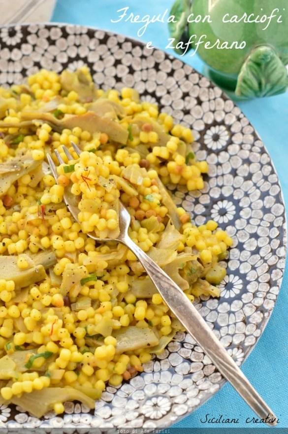 Fregula mit Artischocken und Safran. Von Sardinien ein erstes einfaches, aber köstliches Gericht, Perfekt für Veganer, aber man kann es mit Butter und Käse bereichern.
