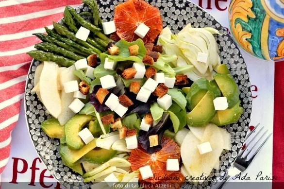 Insalata primavera di verdura, frutta e primo sale