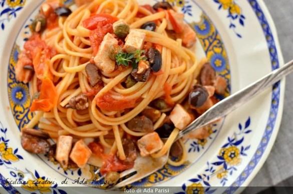 Primi piatti italiani: linguine al sugo di pesce spada alla siciliana
