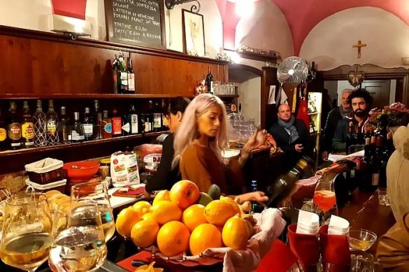 L'ora dell'aperitivo a Gorizia in un bar affollato