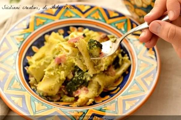 Pasticcio al forno con broccoletti e pancetta, un boccone cremoso e invitante