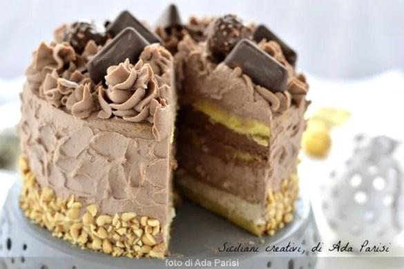 Torta a strati al cioccolato e caffè, 3 strati di creme e cioccolatini come decorazione