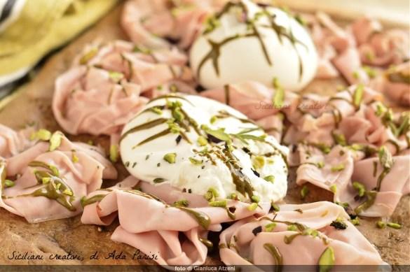 Focaccia integrale con mortadella, burrata e pistacchio