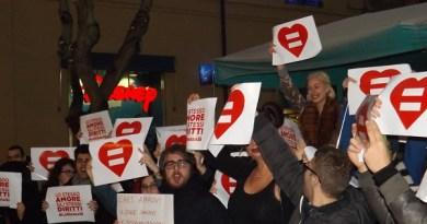 """#Palermo. """"Piazzate d'amore"""": un bacio contro l'omofobia"""