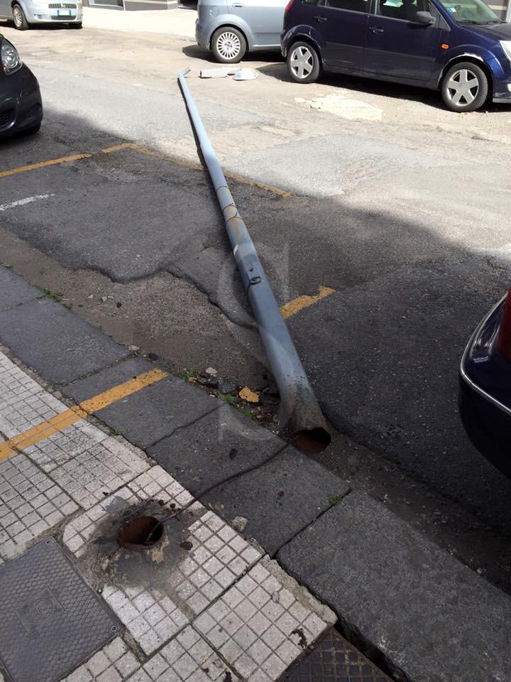 #Messina. Città flagellata dallo scirocco: raffiche a oltre 90 km/h, pali e alberi caduti  VIDEO E FOTO
