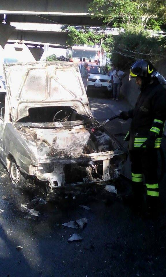 #ScalettaSuperiore. Auto a fuoco, salvo il conducente