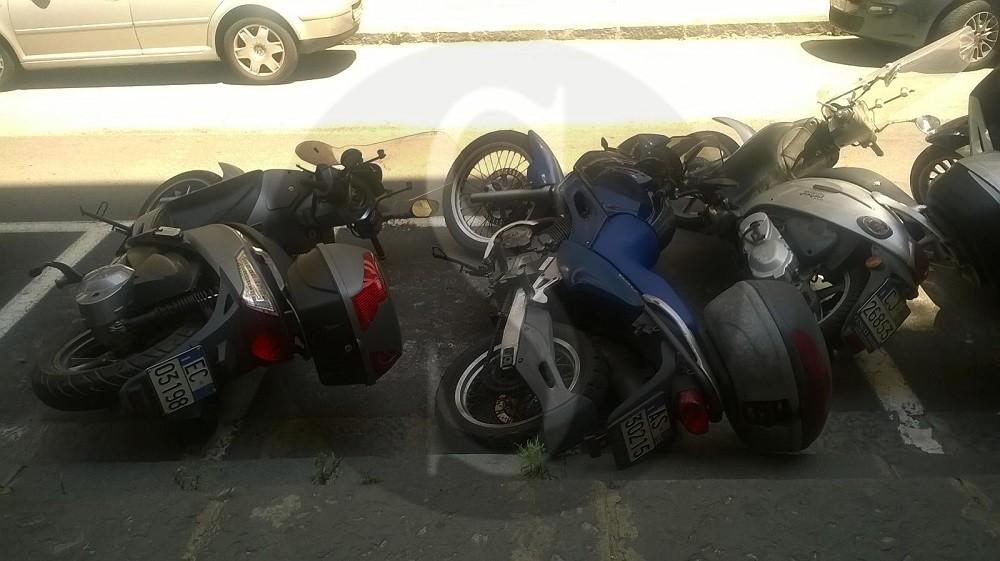 """#Messina. Cede l'asfalto in via Nicola Fabrizi: """"domino"""" di moto"""