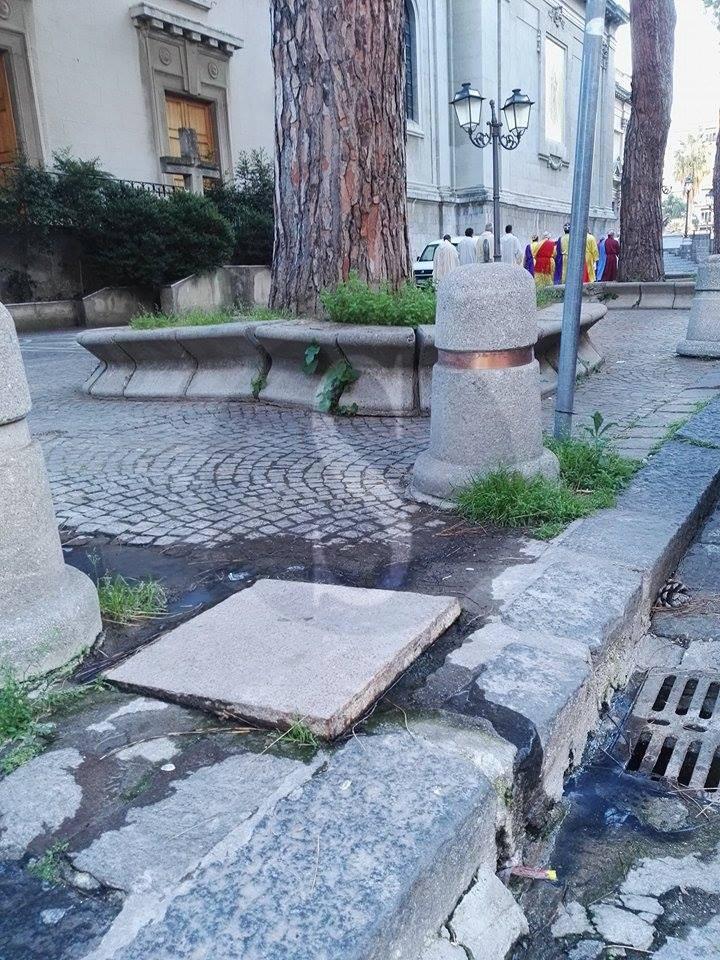 #Barcellona. Odori nauseabondi a piazza Duomo: insorgono cittadini e commercianti