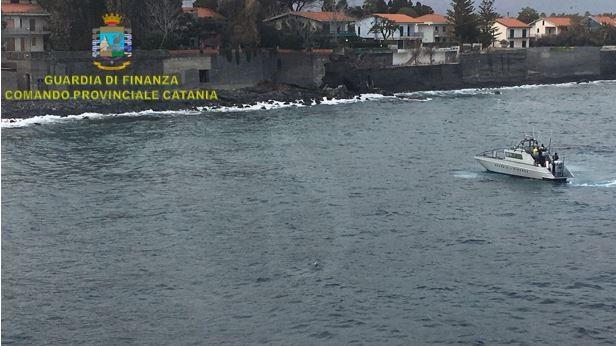 Cronaca. Catania, sequestrati dalla Guardia di Finanza 42 chili di droga che galleggiavano in mare