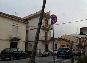 Cronaca. Barcellona, palo pericolante, si teme per la sicurezza dei passanti