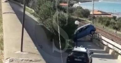 Cronaca. Forza un posto di blocco, ribalta l'auto e fugge: ricercato a Santo Stefano di Camastra