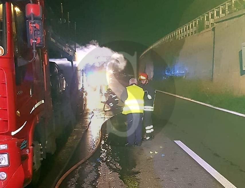 Cronaca. Mezzi a fuoco sull'autostrada Messina-Catania