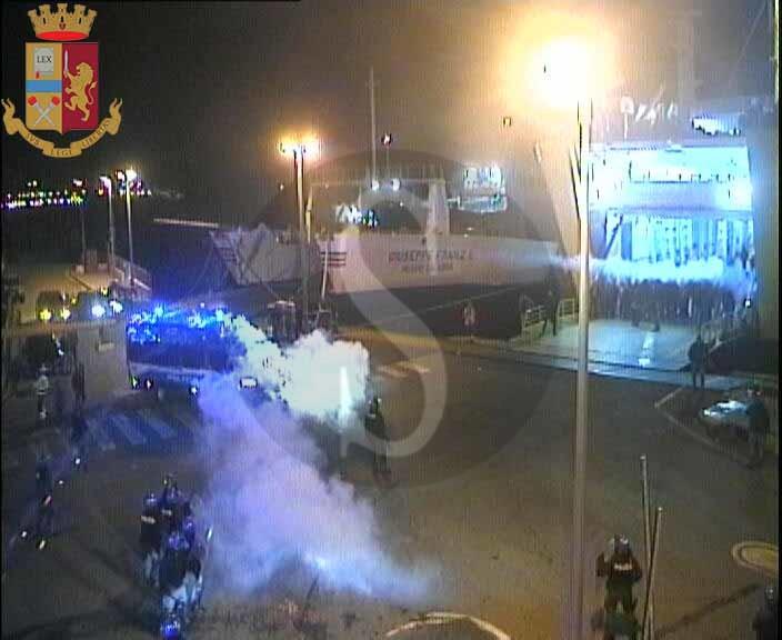 Scontri tra tifosi e Polizia alla Caronte, arrestati cinque ultras del Bari