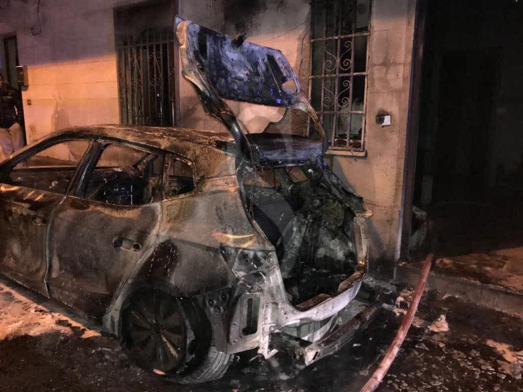 Auto a fuoco in via Crotone a Messina, danneggiata la facciata di un'abitazione