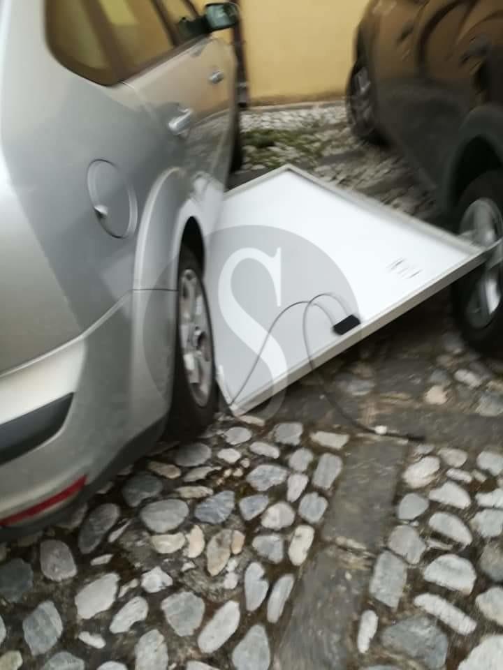 Cronaca. Pannello solare finisce su una macchina in transito: tragedia sfiorata a Castroreale