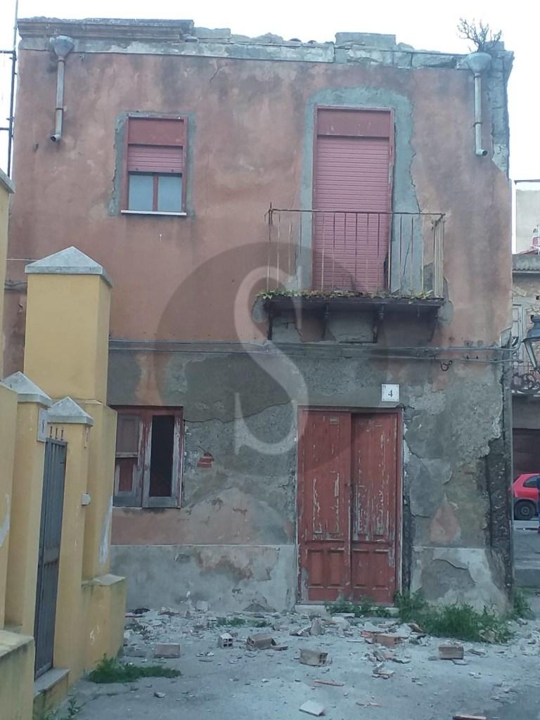 Barcellona PG, crollo di calcinacci in via Primo Gerone: incolumi un uomo e i due figli
