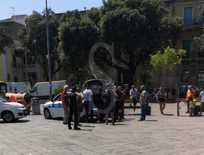 Controlli agli ambulanti a piazza Duomo: abusivo aggredisce i vigili dell'Annona