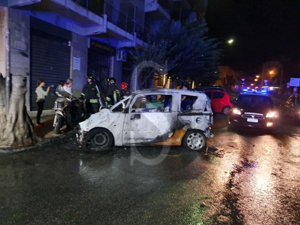 Messina, notte di fuoco in via Catania: in fiamme un'auto e uno scooter