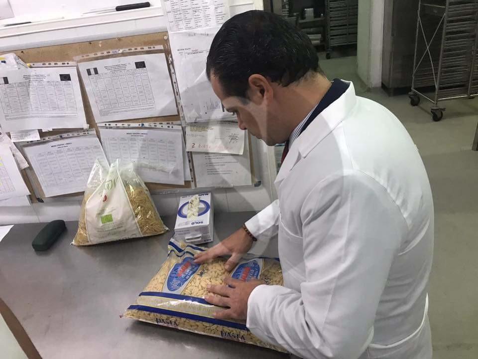 Mense scolastiche, blitz di De Luca nelle cucine: l'unico prodotto siciliano è il pane catanese