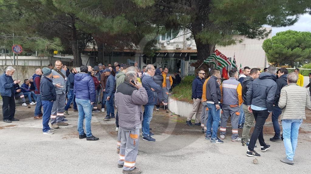 """Sciopero alla Duferdofin, i lavoratori: """"Inaccettabili le pretese dell'azienda"""""""
