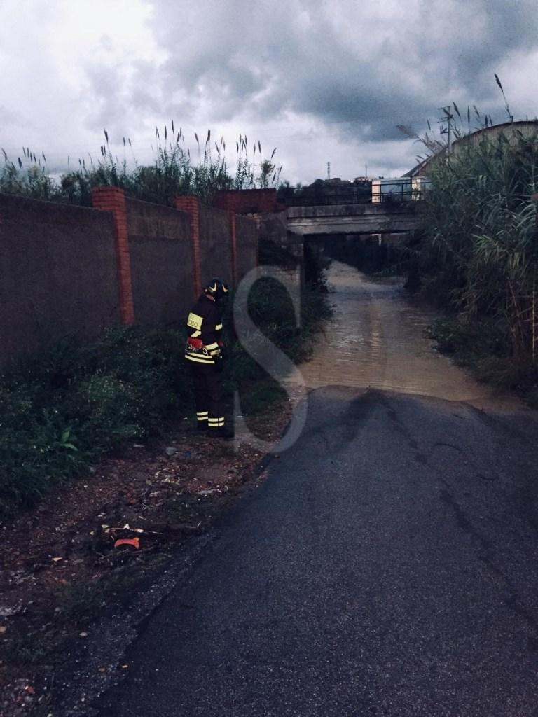 Valdina, i Vigili del Fuoco salvano 3 persone bloccate in un sottopassaggio allagato