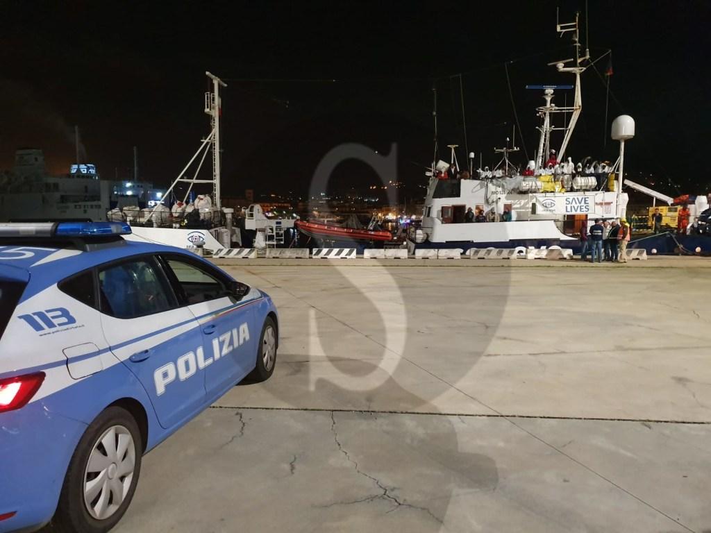 """Messina, sbarco """"Alan Kurdi"""": Polizia e Guardia di Finanza identificano 3 presunti scafisti."""