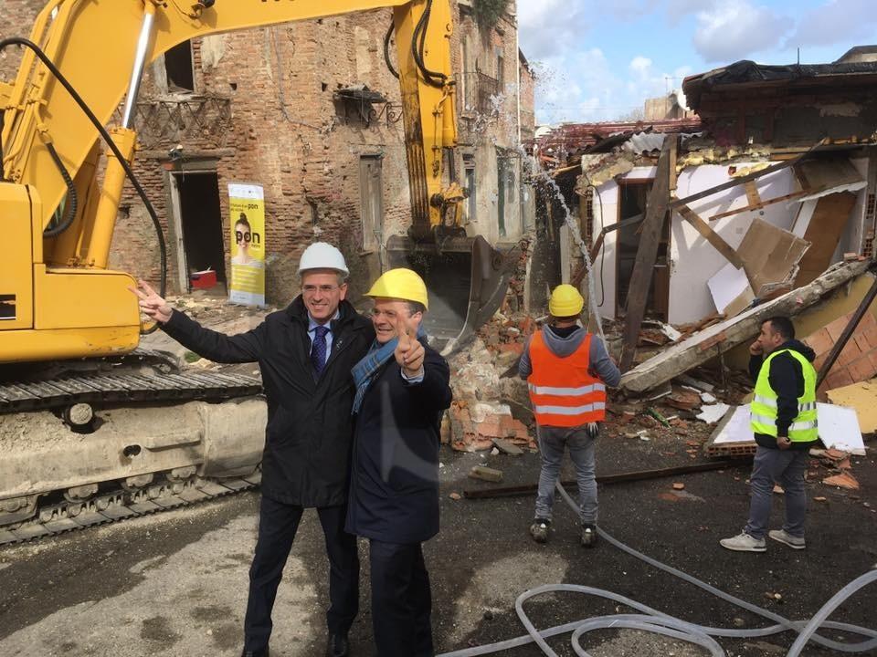 Messina, ruspe in azione: abbattuto il muro tra via Salandra e Maregrosso