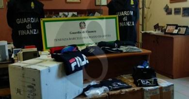 Barcellona PG, capi di griffe famose contraffatti e lavoro nero in un negozio del centro