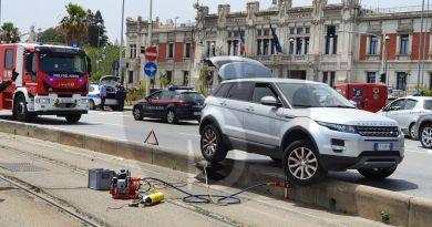 Messina, finisce sulla corsia del tram con l'auto: tranvia in tilt per 2 ore
