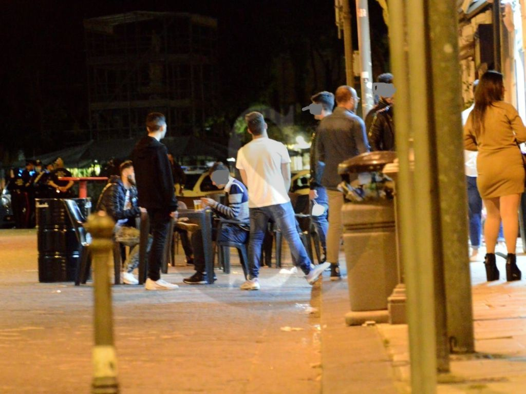 Notti brave a Messina ai tempi del coronavirus: tra alcol e selfie tutti orgogliosamente senza mascherina