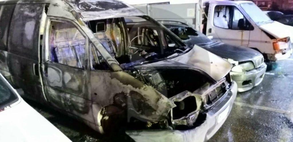 Messina, incendio doloso al PalaRescifina: incendiati 5 mezzi posti sotto sequestro