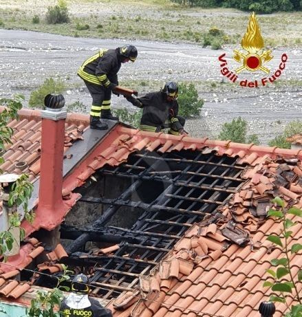 Fondachelli Fantina, incendio distrugge il tetto di una casa