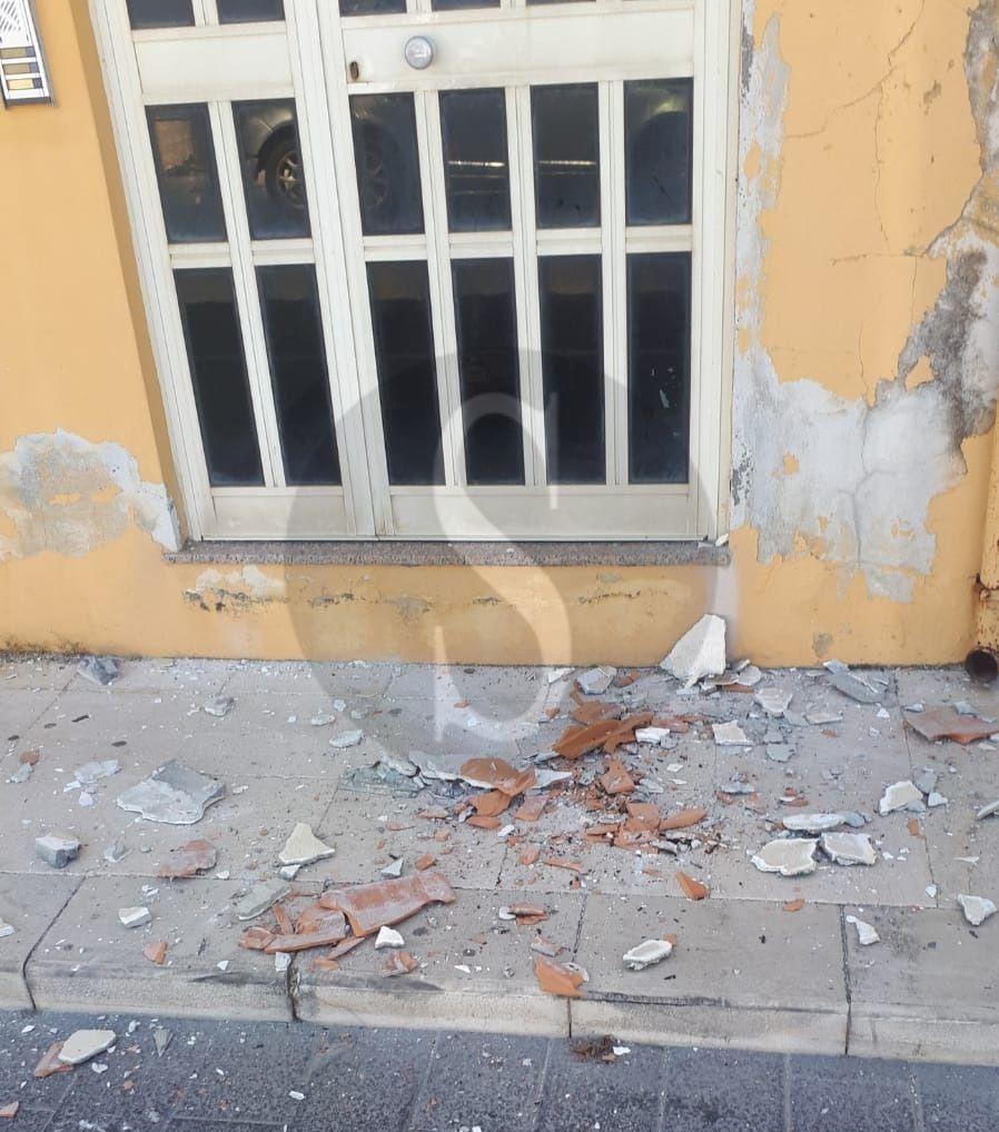 Barcellona PG, tragedia sfiorata a Calderà: crollo di calcinacci da un balcone