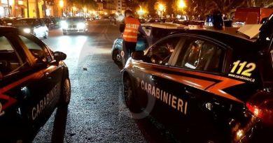 Prima aggredisce la compagna, poi accoltella un uomo che la difendeva: arrestato  46enne