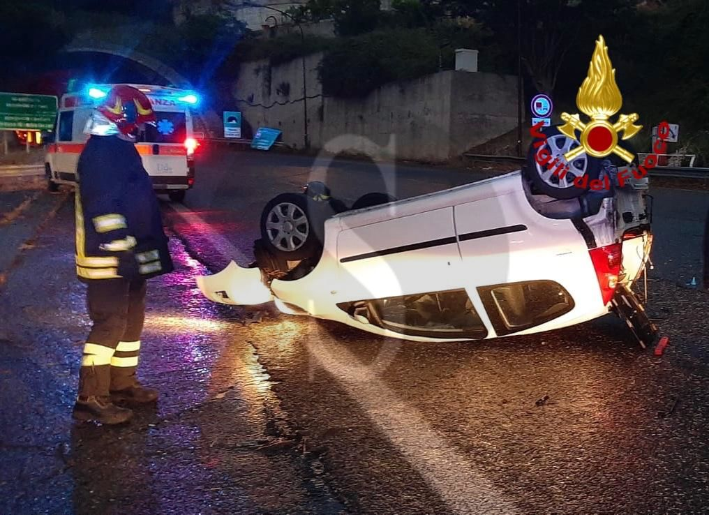 Incidente all'alba nei pressi dello svincolo Messina centro, auto si ribalta: ferita la conducente