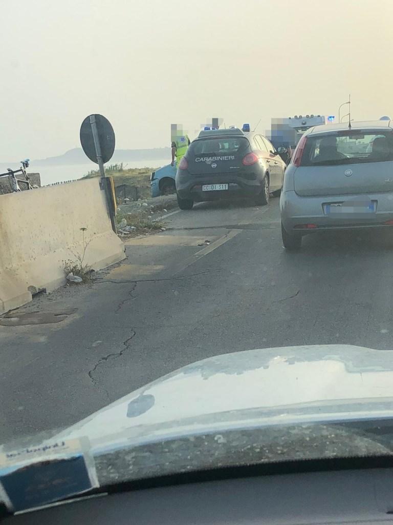 Barcellona PG – Auto sfonda il guardrail e resta in bilico sul ponte di Cicerata