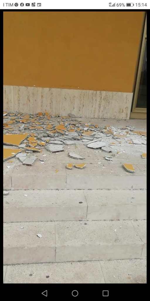 Barcellona PG – Si staccano pezzi di calcinacci dalla chiesa della Resurrezione