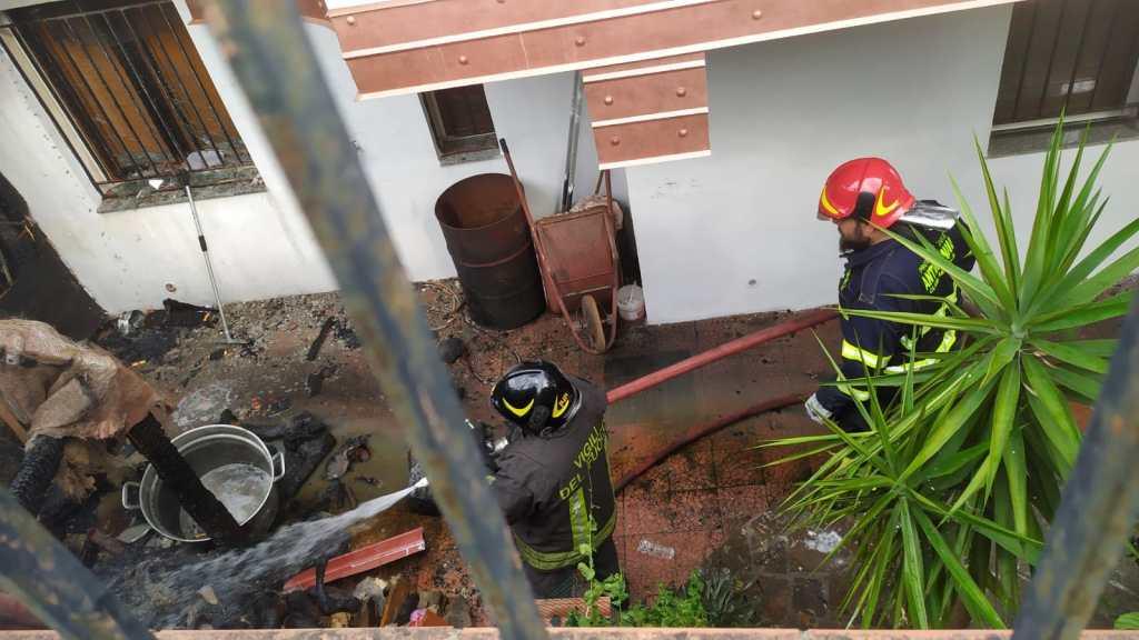 Barcellona PG, incendio a Santa Venera: baracca distrutta dalle fiamme