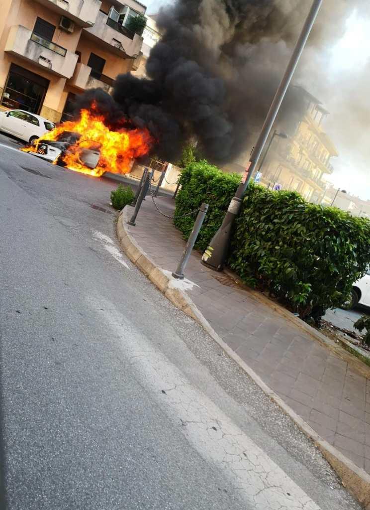 Milazzo, auto in transito prende fuoco in Piazza XXV Aprile