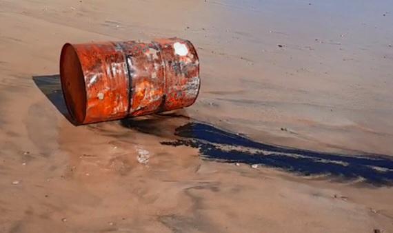 Un fusto di 200 litri pieno di olio esausto trovato in spiaggia